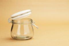 Un tarro vacío con una tapa blanca abierta Fotos de archivo libres de regalías