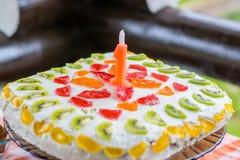 Un tarte d'anniversaire d'an avec une bougie photos stock
