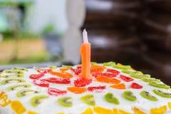 Un tarte d'anniversaire d'an avec une bougie photo libre de droits
