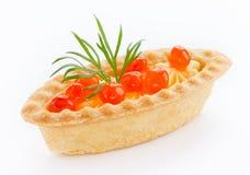 Un tartlet con cierre rojo del caviar para arriba aislado en el backgroun blanco Imagen de archivo libre de regalías