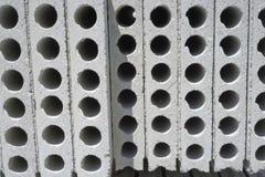 Un tas de matériel de béton préfabriqué avec le trou du côté pour la construction de bâtiments photographie stock