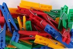 Un tas des pinces à linge colorées Image libre de droits