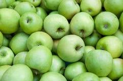 Un tas des pommes vertes Images libres de droits