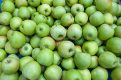Un tas des pommes vertes Photographie stock libre de droits