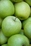 Un tas des pommes vertes Image stock