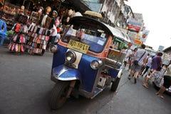 Un tassì di Tuk-Tuk sulla strada di Khao San a Bangkok Fotografia Stock Libera da Diritti