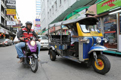 Un tassì a tre ruote di Tuk Tuk su una via di Bangkok Fotografie Stock