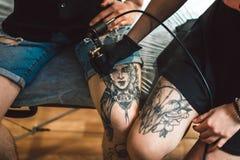 Un tatuaggio sulla gamba Fotografia Stock Libera da Diritti