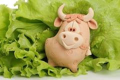 Un taureau est dans la verdure. Photo stock