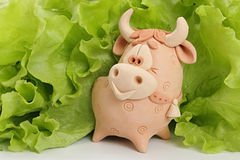 Un taureau est dans la verdure. Image libre de droits