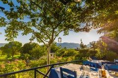 Un Taverna en IOS, Grecia con el menú-tablero de la tiza afuera imagen de archivo