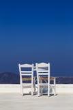 Un tavolino da salotto con una vista sopra la caldera in Santorini fotografia stock