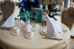 Un tavolo da pranzo con i regali ad un albero di Natale Fotografie Stock