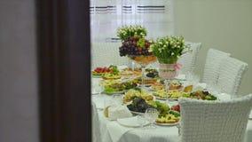 Un tavolo da pranzo decorato video d archivio