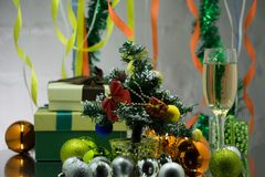 Un tavolo da pranzo decorato di natale con i vetri del champagne ed albero di Natale nel fondo fotografie stock libere da diritti
