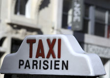 Un taxi de Parisien Imágenes de archivo libres de regalías