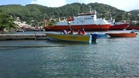 Un taxi del agua en el muelle del bote de Bequia almacen de video