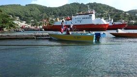Un taxi del agua en el muelle del bote de Bequia metrajes