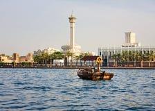 Un taxi dell'acqua che attraversa il canale nella vecchia città del Dubai Immagini Stock