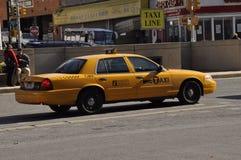 Un taxi tirant dans un aire de stationnement de taxi photo stock