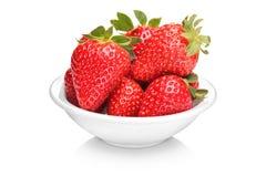 Un tazón de fuente con el manojo de fresas Fotografía de archivo libre de regalías