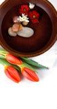 Un tazón de fuente de agua perfumada floral Fotografía de archivo libre de regalías