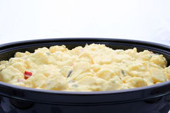 Un tazón de fuente de ensalada de patata Fotografía de archivo libre de regalías