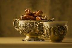 Un tazón de fuente de fechas y de té. Fotografía de archivo