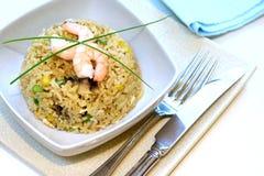 Un tazón de fuente de la gamba, la seta y el huevo revuelven el arroz frito Imagen de archivo libre de regalías