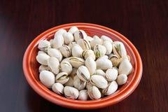 Un tazón de fuente de las tuercas de Pistacios con el shell Fotografía de archivo libre de regalías