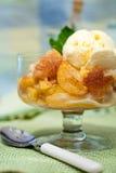 Un tazón de fuente del zapatero de melocotón con helado de vainilla Fotos de archivo libres de regalías
