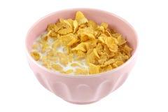 Un tazón de fuente rosado de cereal, de avenas y de leche fresca Fotografía de archivo libre de regalías