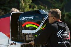 Un technicien prépare une formule 1 de hors-bord pour les courses de démonstration Images libres de droits