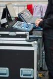 Un technicien sain devant les mélangeurs image libre de droits
