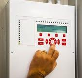 Un technicien travaille le feu de système de panneau de boîte Image libre de droits