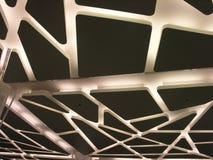 Un techo futurista suspendido con la iluminación moderna Imagenes de archivo