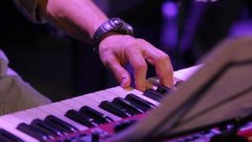 Un teclado de piano del juego de la mano