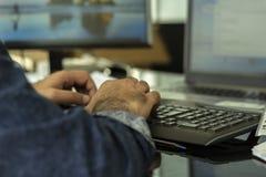 Un teclado del bluetooth del hombre que mecanograf?a imagen de archivo libre de regalías