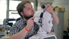 Un tecnico scopre le coperture cape dei robot video d archivio