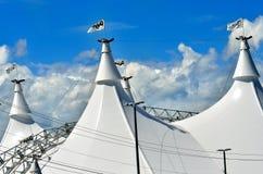Un tejado blanco del circo y banderas blancas Imágenes de archivo libres de regalías