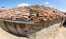 Un tejado de la arcilla de un edificio rural en el pueblo de montaña de Zheravna, Bulgaria foto de archivo