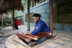 Un tejedor chino de la minoría Fotografía de archivo libre de regalías