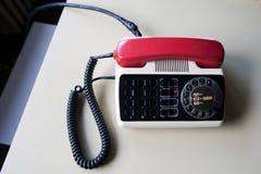 Un teléfono de casa en un banco de la cocina Imagen de archivo libre de regalías