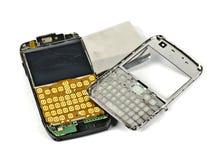 Un teléfono móvil roto abierto imagen de archivo libre de regalías