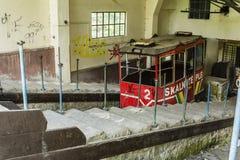 Un teleférico arruinado viejo en una estación más baja abandonada, que utilizan Foto de archivo libre de regalías