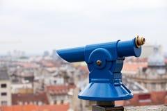 Un telescopio azul del panorama de la ciudad Foto de archivo libre de regalías