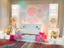 Un tema meravigliosamente inglese ha decorato l'altare di nozze su una fase a Fotografia Stock