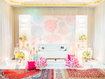 Un tema meravigliosamente inglese ha decorato l'altare di nozze su una fase a Fotografie Stock