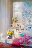 Un tema meravigliosamente inglese ha decorato l'altare di nozze su una fase a Immagini Stock Libere da Diritti