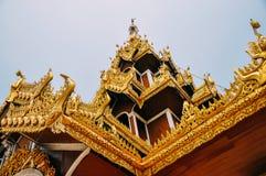 Un tempio alla pagoda di Shwedagon in Rangoon Immagini Stock Libere da Diritti